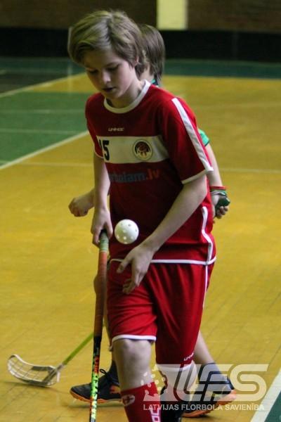Divpadsmitgadīgo florbolistu cīņas Bulduros