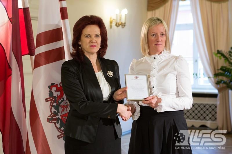 Saeimas priekšsēdētāja S.Āboltiņa sveic Latvijas sieviešu florbola izlasi
