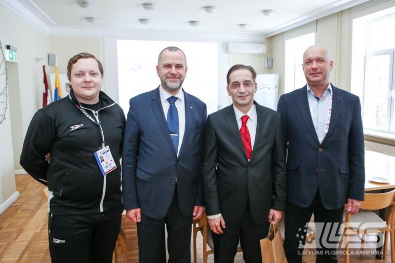 Kvalifikācijas turnīra dalībnieku delegācija vizītē pie Valmieras mēra